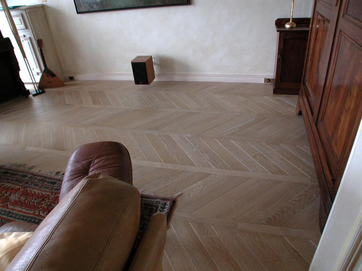 parquet foug res avec une finition vieillie et c rus e. Black Bedroom Furniture Sets. Home Design Ideas