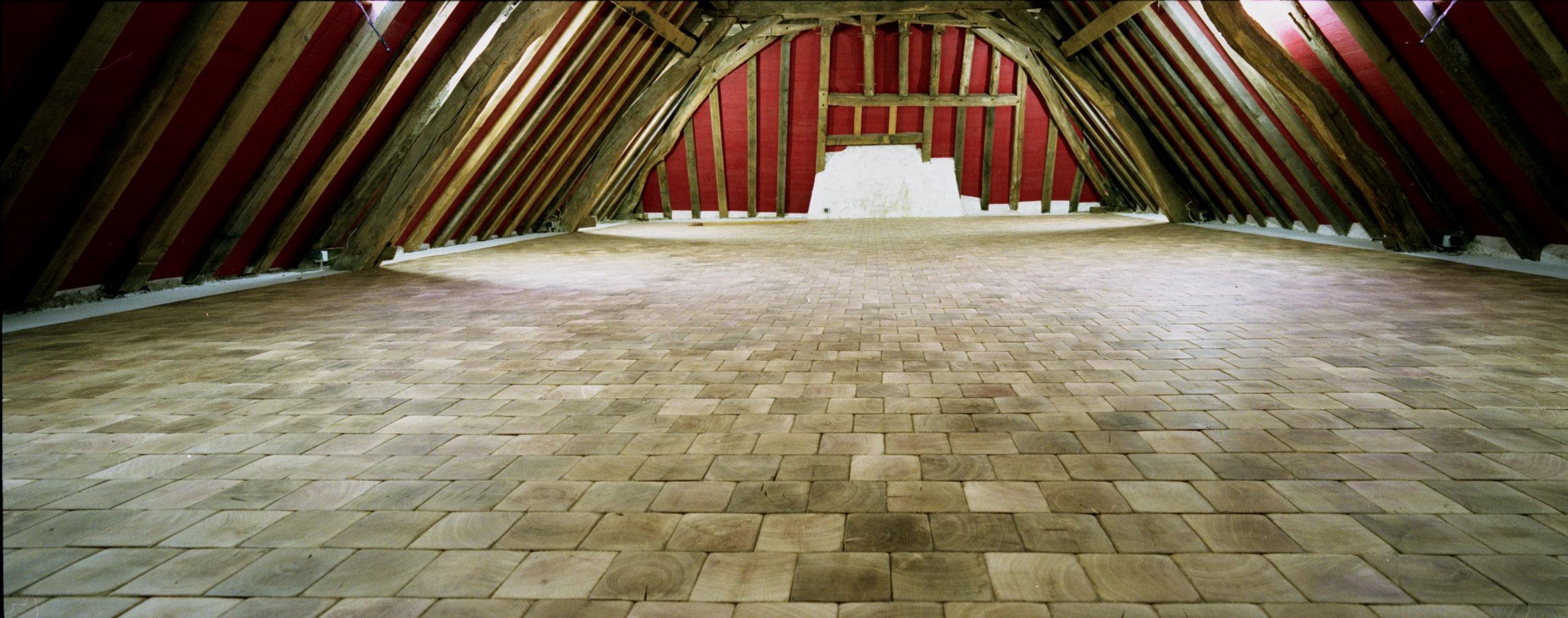 vue g n rale parquet pavage en bois debout dans une grande pi ce bien charpent e n 424. Black Bedroom Furniture Sets. Home Design Ideas