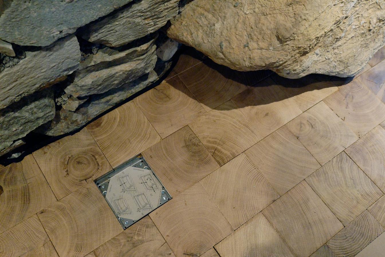 gros plan sur le rocher pavage bois debout dans un chalet suisse n 833. Black Bedroom Furniture Sets. Home Design Ideas