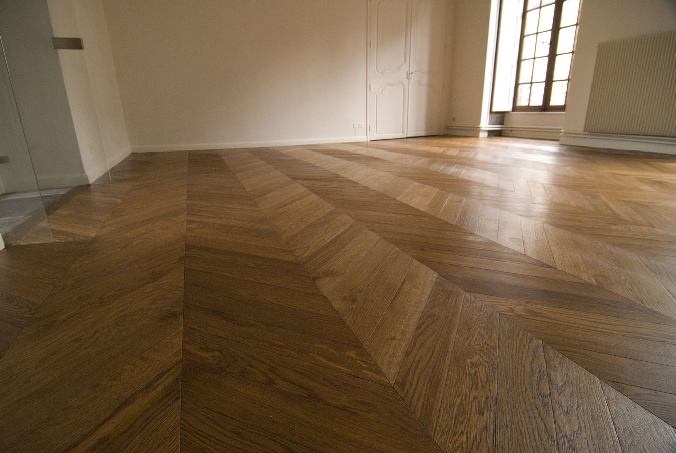 vue g n rale du parquet point de hongrie en ch ne massif parquet chevron dans un bel. Black Bedroom Furniture Sets. Home Design Ideas