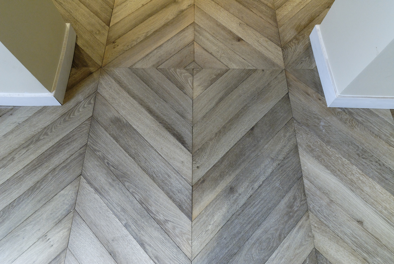 dans l 39 entr e le parquet chevron gris est invers au milieu de la pi ce parquet gris n 713. Black Bedroom Furniture Sets. Home Design Ideas
